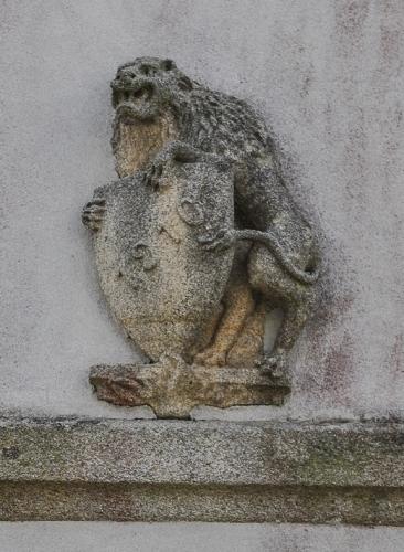 Lion portant un écu daté 1910 (recentré) (2).jpg