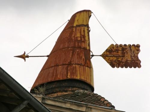 Enseigne-sur-le-toit,-Ruoms.jpg