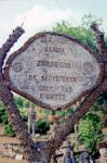 Raymond Guitet, inscription donnant sur la route, Le Jardin zoologique..., ph B.Montpied, 1991.jpg